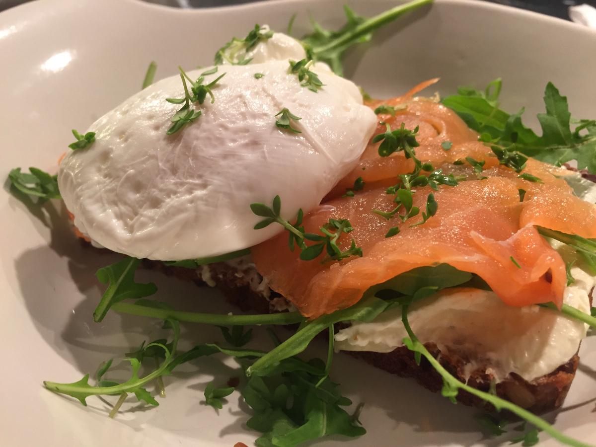 Rågbröd med pocherat ägg, rökt lax och pepparrot