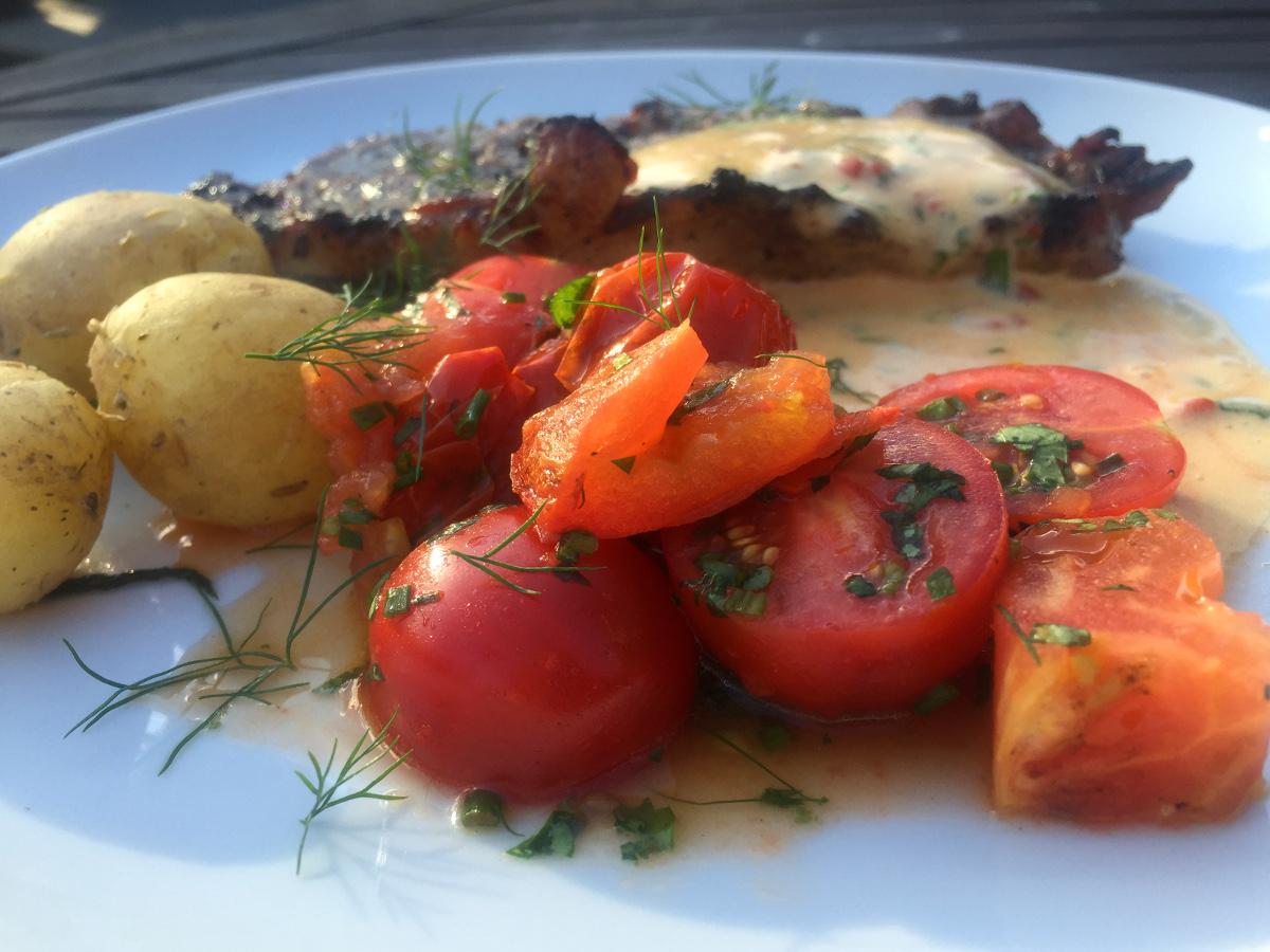 Grillad äppel- och dragonmarinerad karré med choronsås och grillad tomatsallad