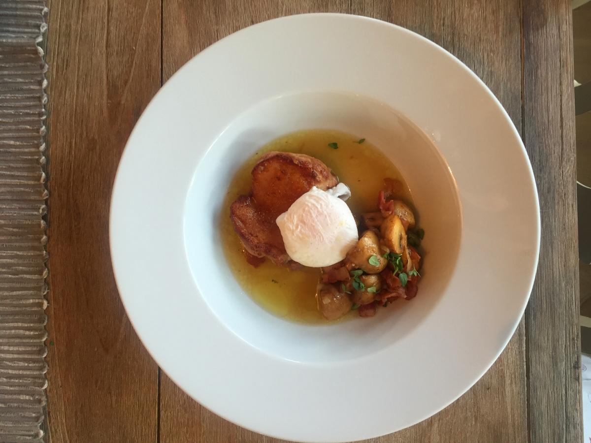 Knaprig kyckling i buljong med pocherat ägg, bacon och svamp