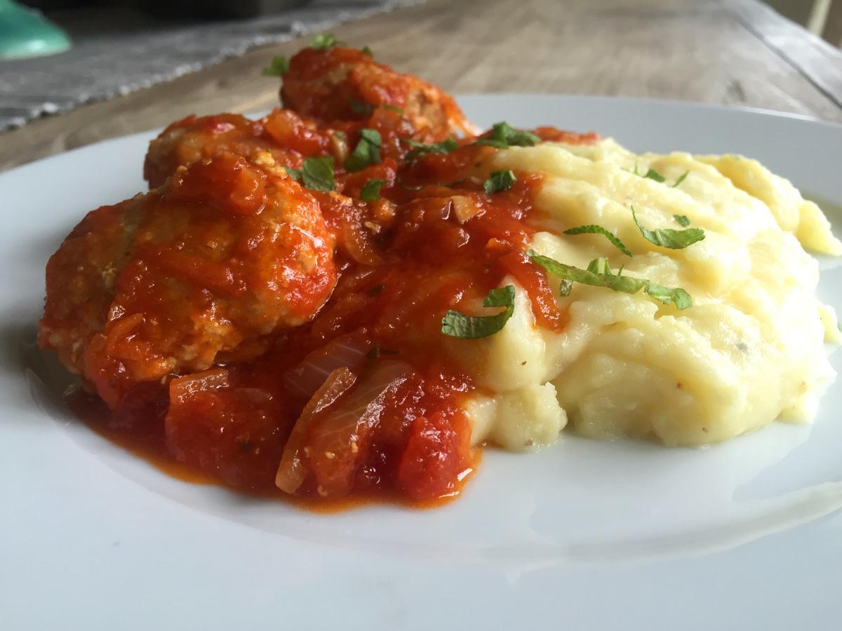 Kycklingbullar med vitlök och salvia i tomatsås med pecorinopotatismos