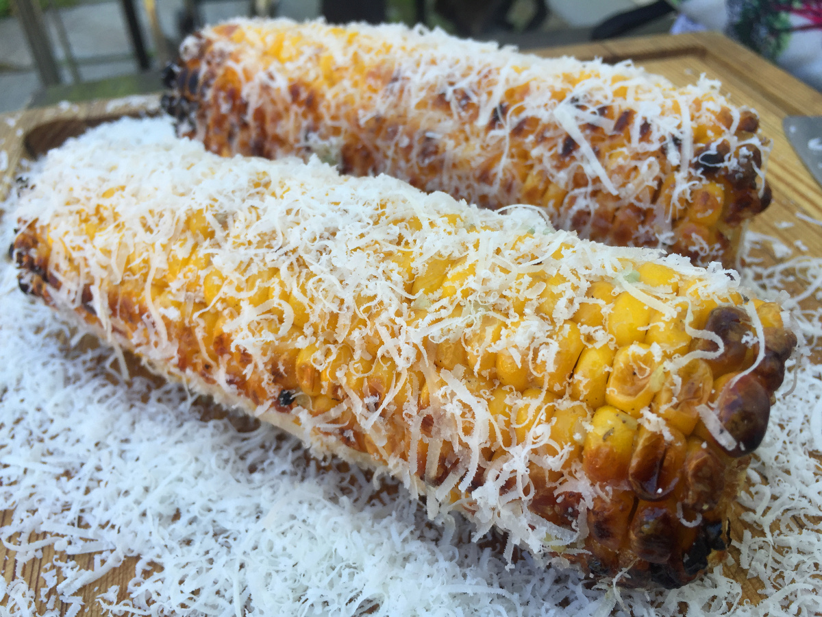 Grillad majskolv med pecorino och smält vitlökssmör med tabasco