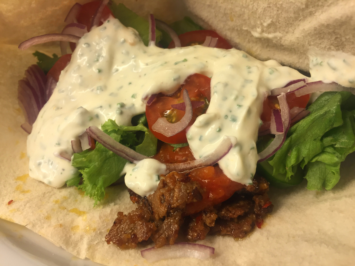 Hemmagjord kebab i bröd med vitlökssås och röd sås