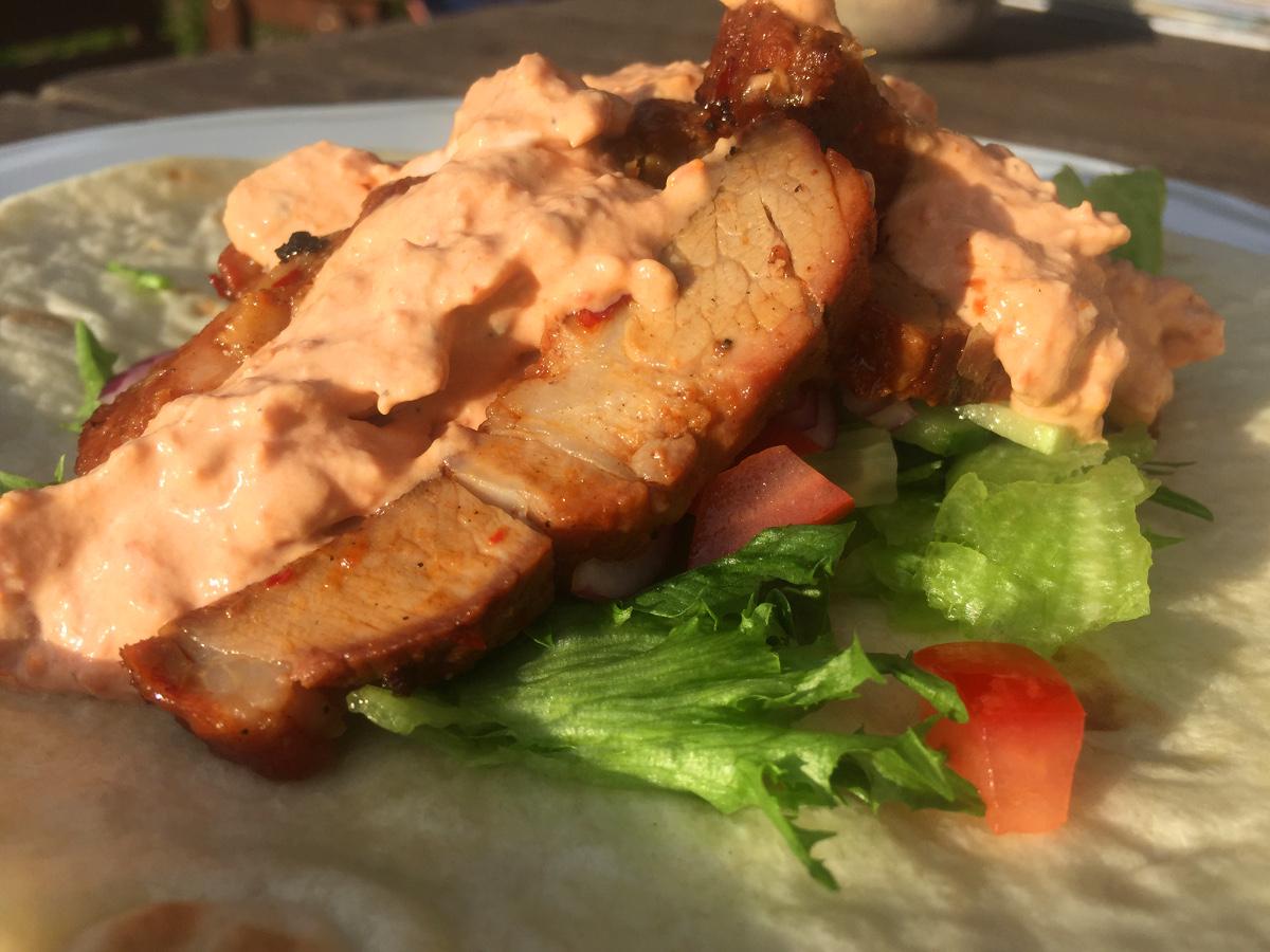 Honung och sambalmarinerad karré i tortilla och créme fraichesås med vitlök och soltorkade tomater