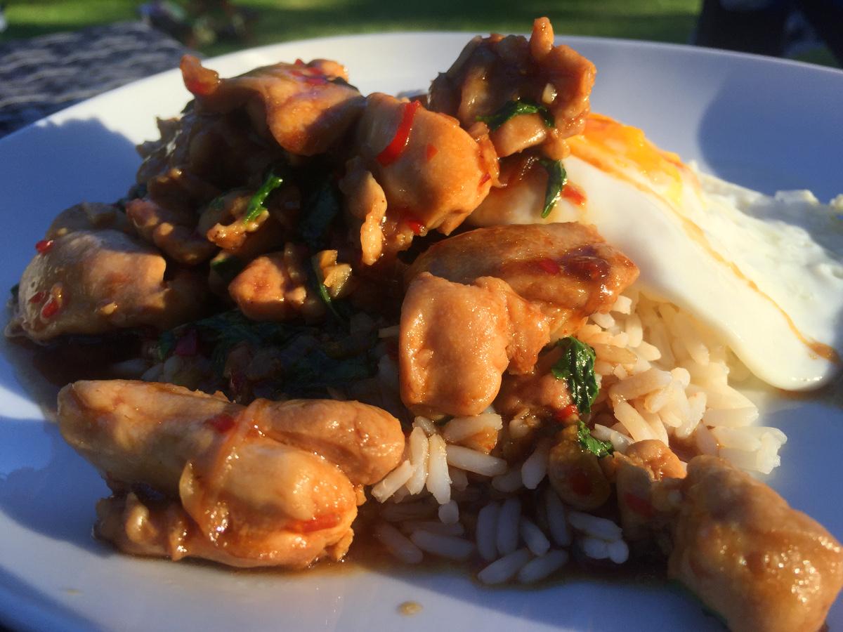 Kyckling med thaibasilika, vitlök och chili