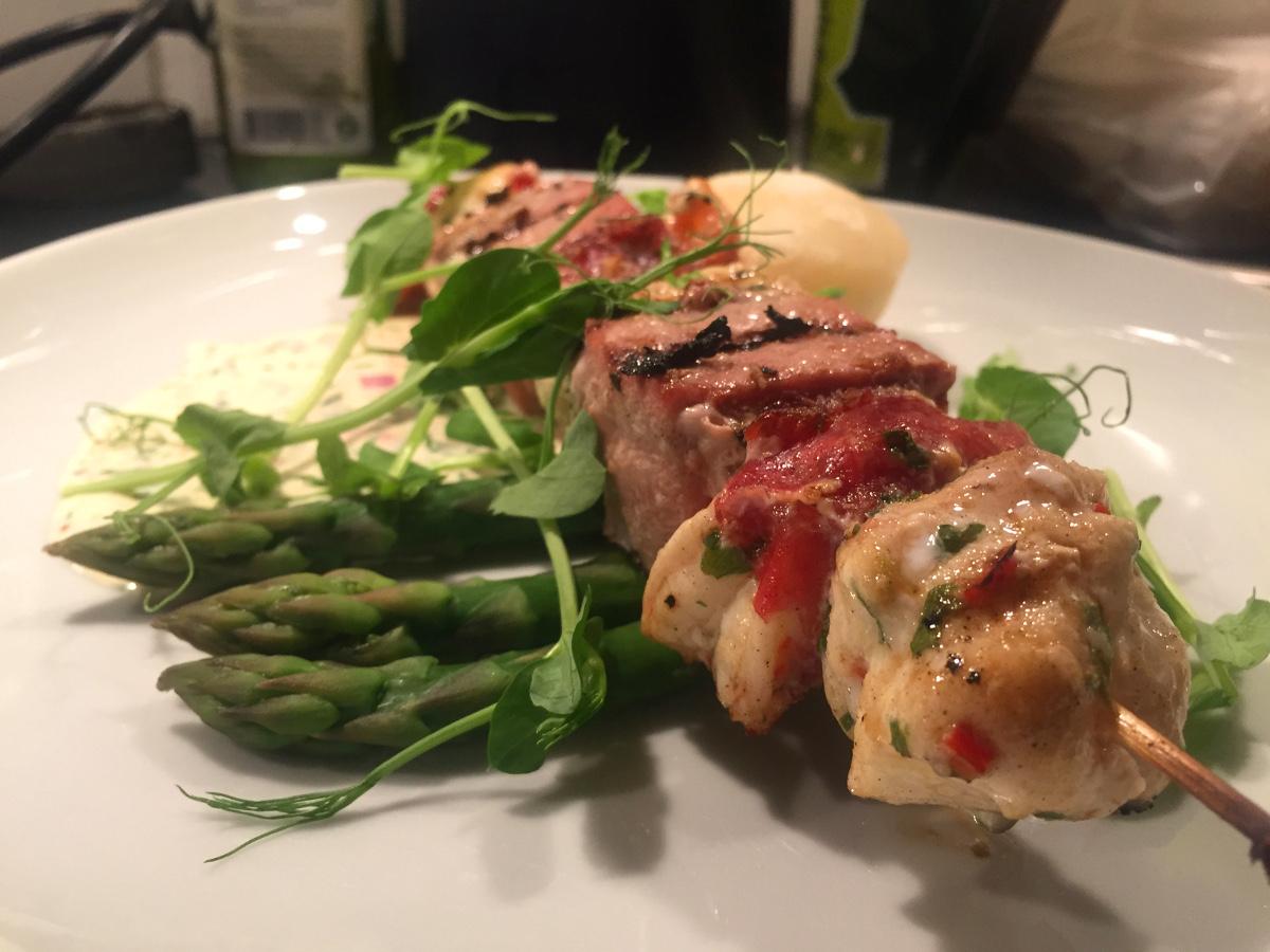 Grillade fisk och skaldjursspett med pata negra, romsås och sparris
