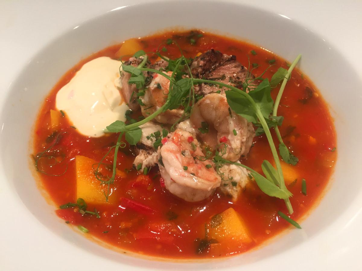 Fisksoppa med saffran, cremoli och grillade fisk och skaldjur