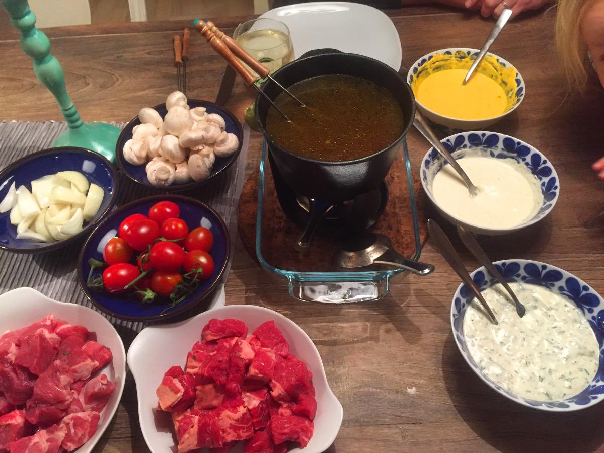 Köttfondue med pepparrotssås, saffran och tomatsås och kall bearnaise