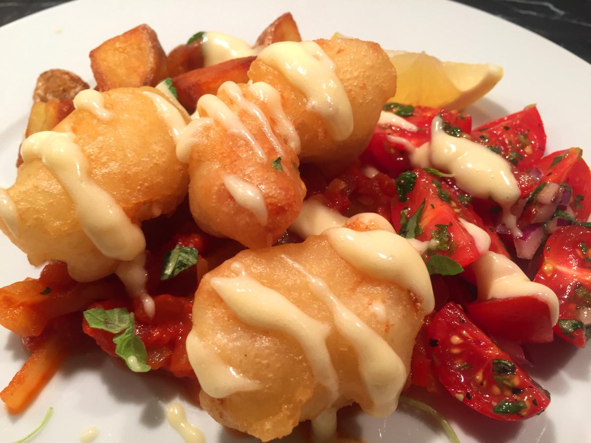 Friterad fisk med tomatsås, vitlökssås, frasig potatis och tomatsallad
