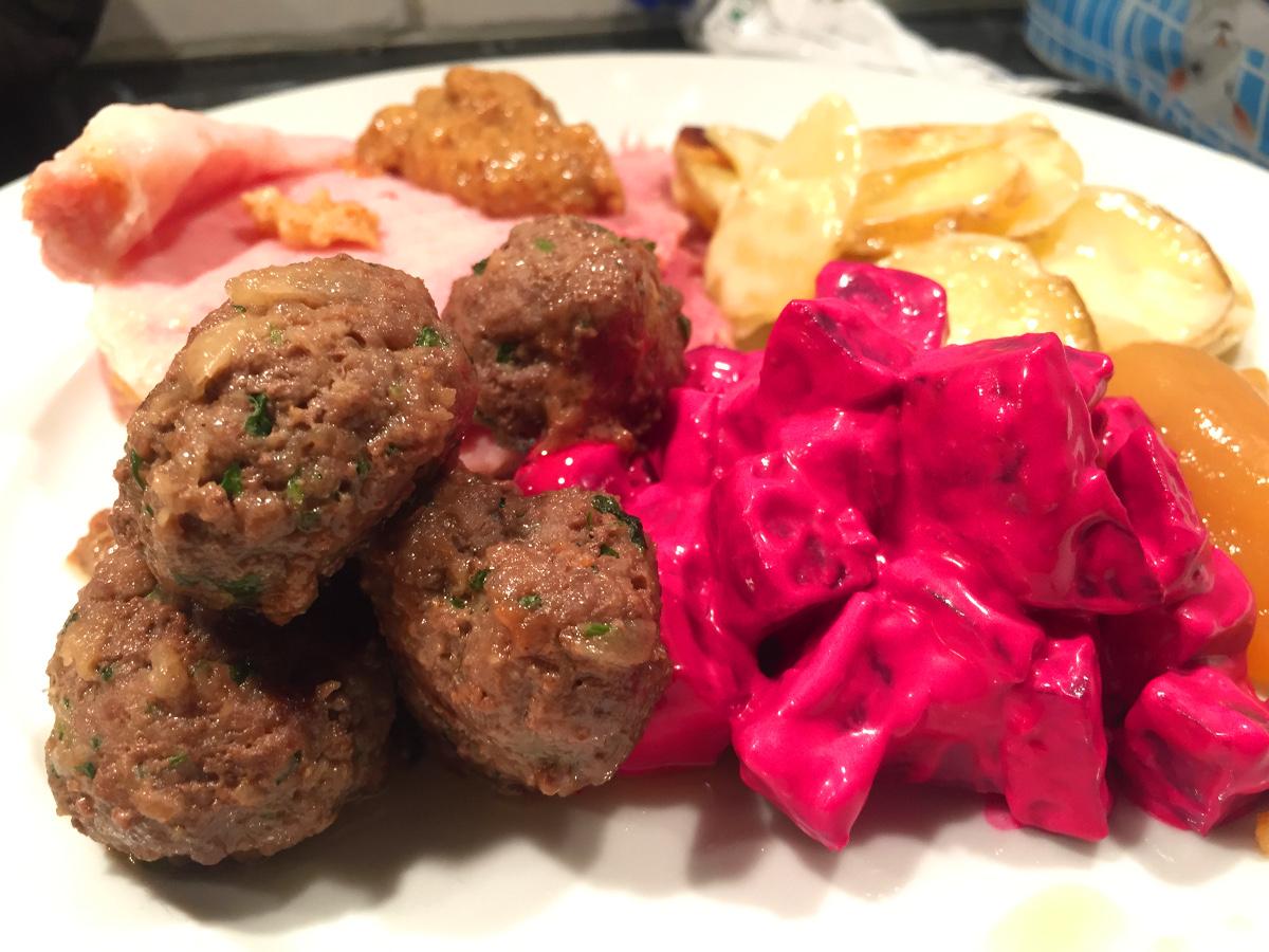 Liten jultallrik med köttbullar, julskinka, rödbetssallad och potatisgratäng