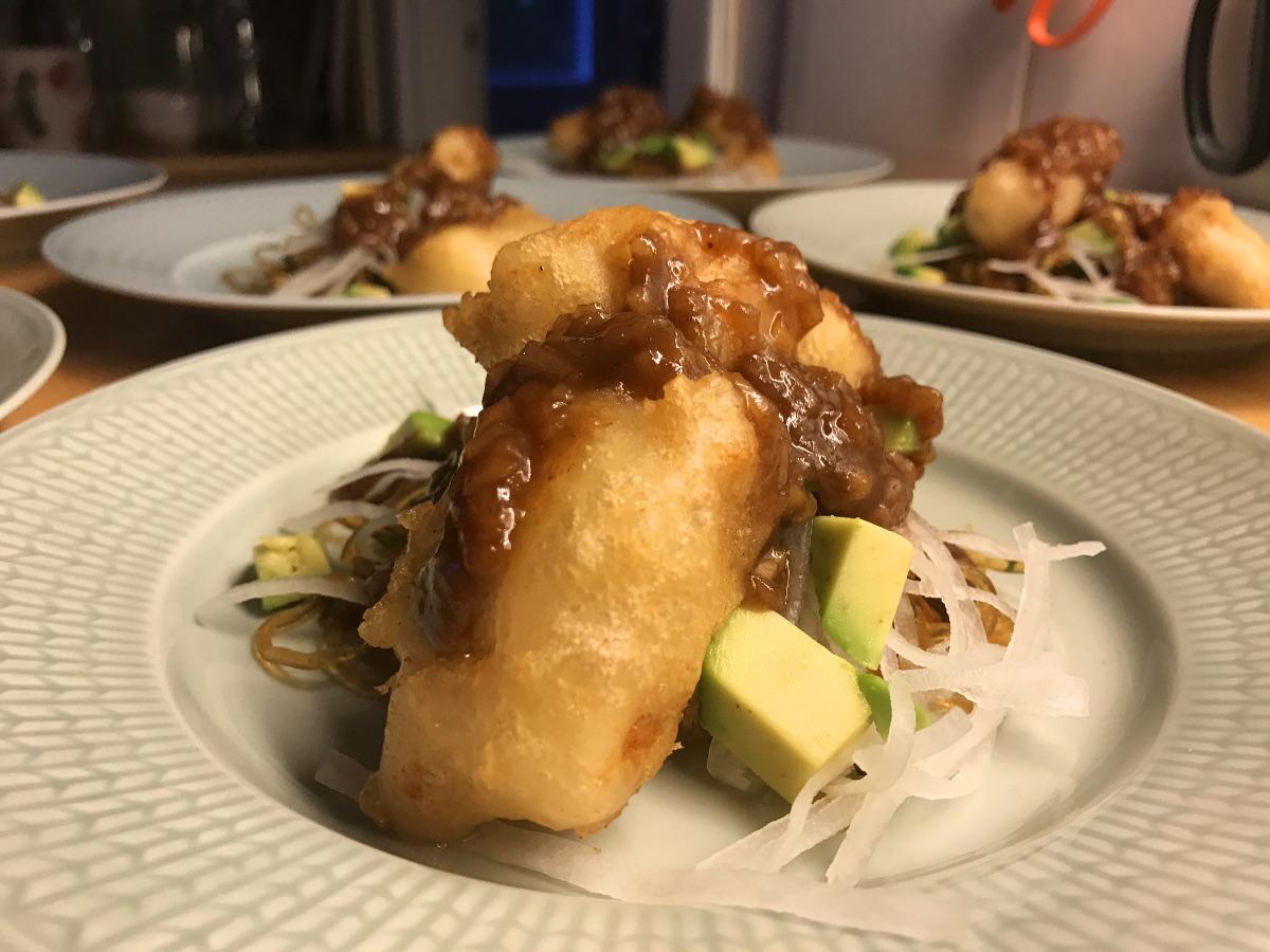 Friterad vit fisk med tamarindsås, rättika och sjögräsnudlar