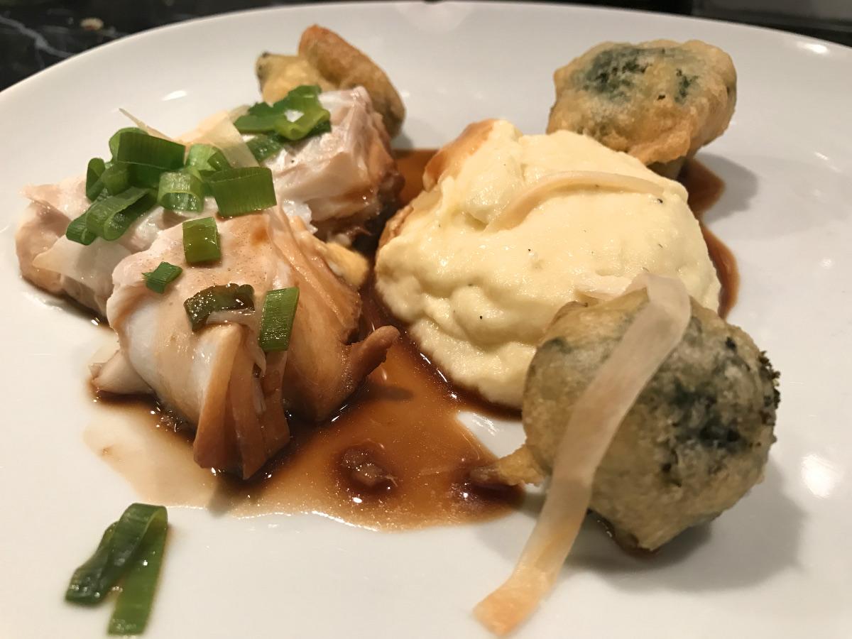 Ångad torsk med tempurabroccoli, misoblomkålspuré och soyasås med ingefära och vitlök