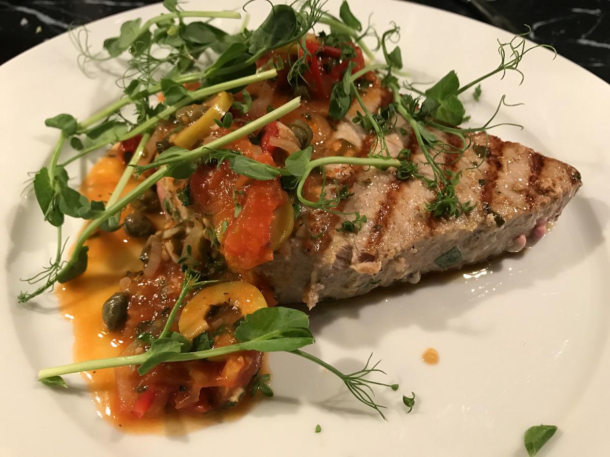 Grillad tonfisk med vitlök, tomat, kapris och oliver