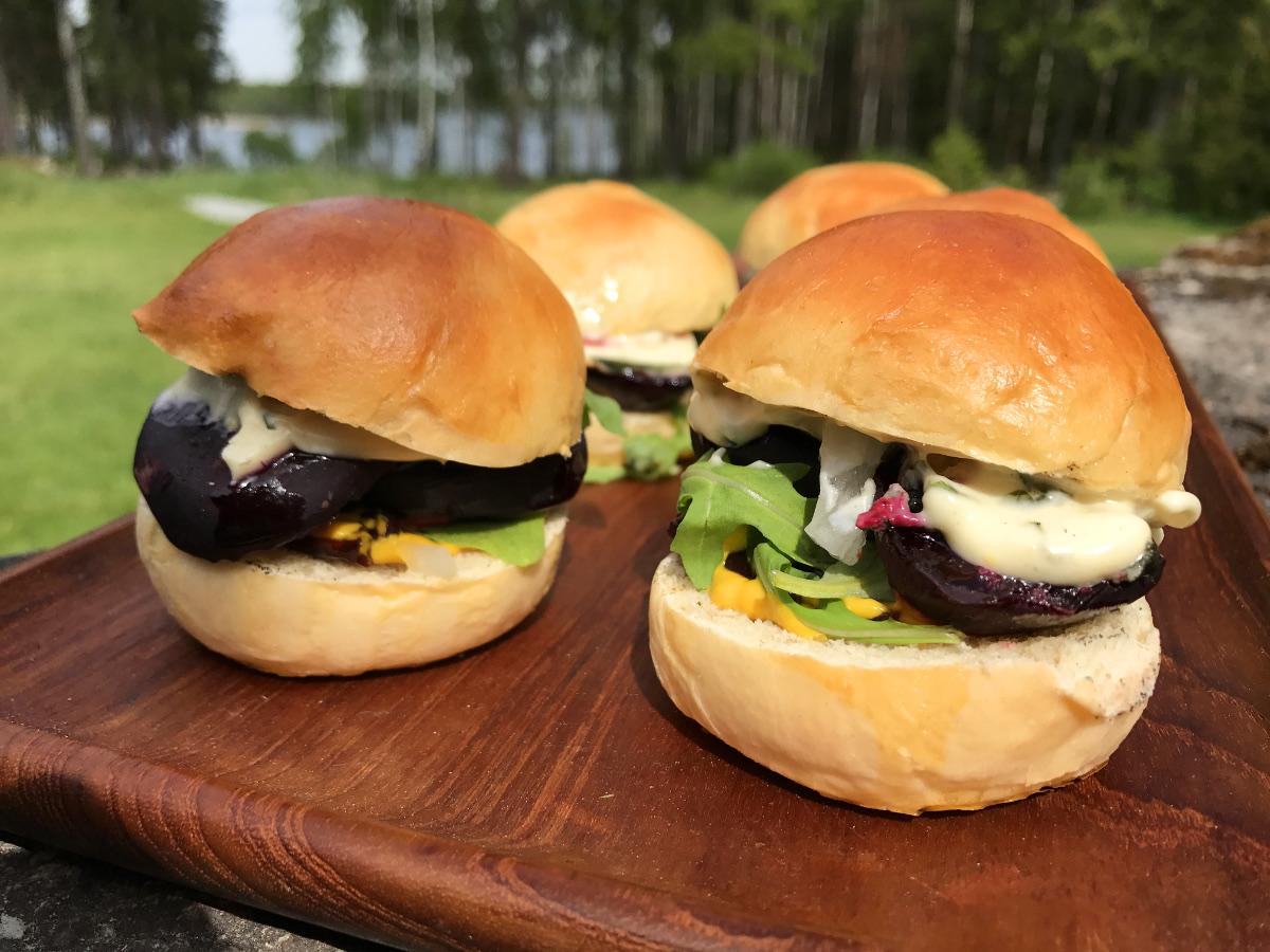 Vegetariska miniburgare med blue cheese, betor och citronmajonnäs med timjan