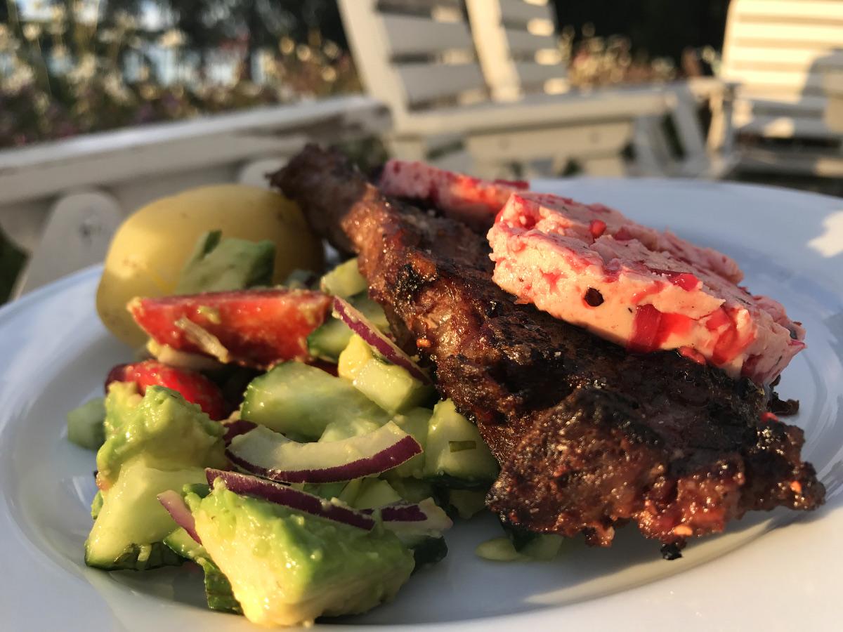 Grillad karré med hallonsmör, devil steak sauce och jordgubbssallad