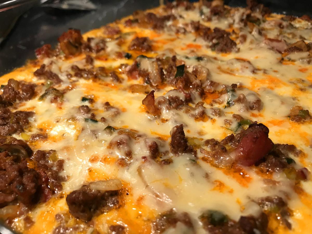 Köttfärsgratäng med bacon, champinjoner och purjolök