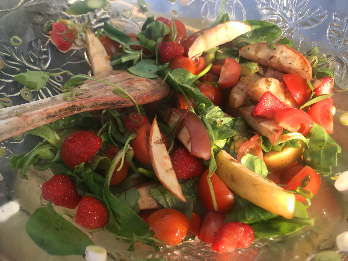 Sallad till grillat med jordgubbar och grillat äpple