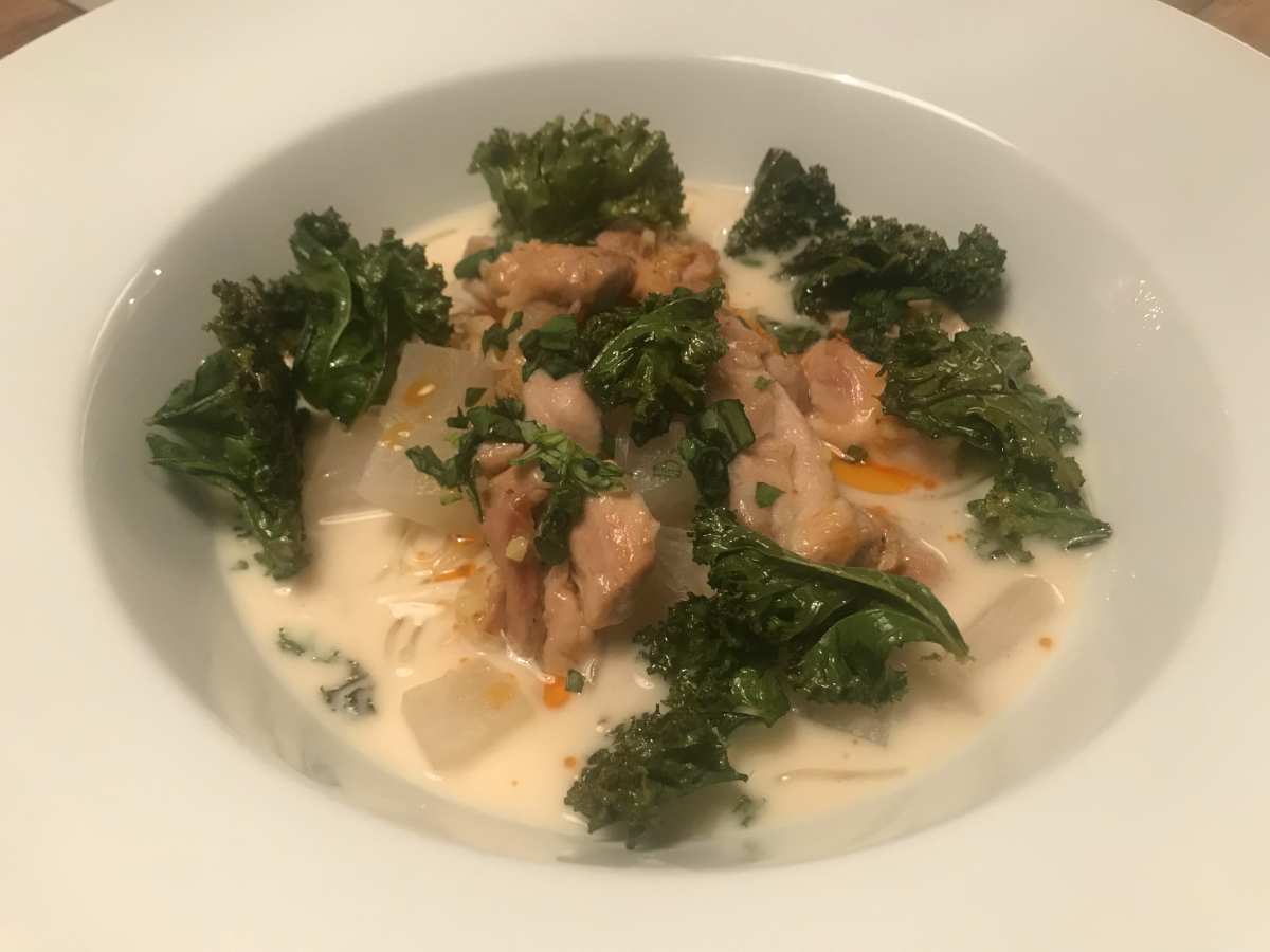 Thaisoppa med grönkålschips, lime, kyckling och rättika