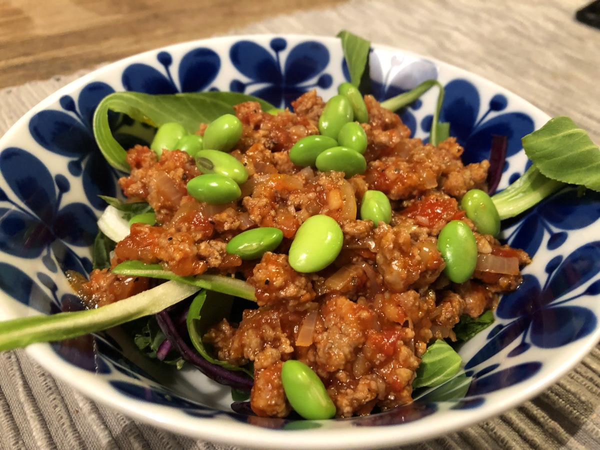 Kålbowl med asiatisk köttfärssås