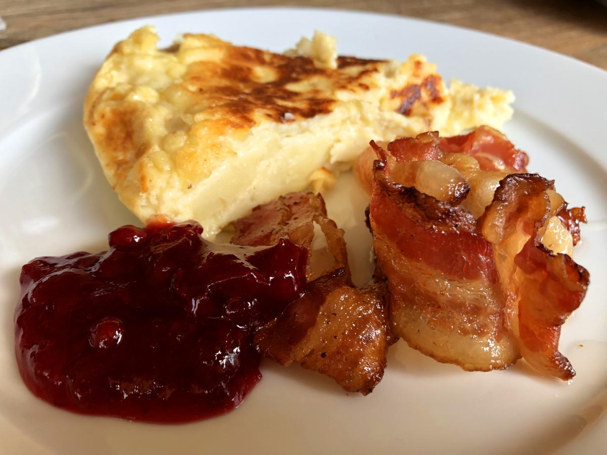Äggakaka med lingon och bacon
