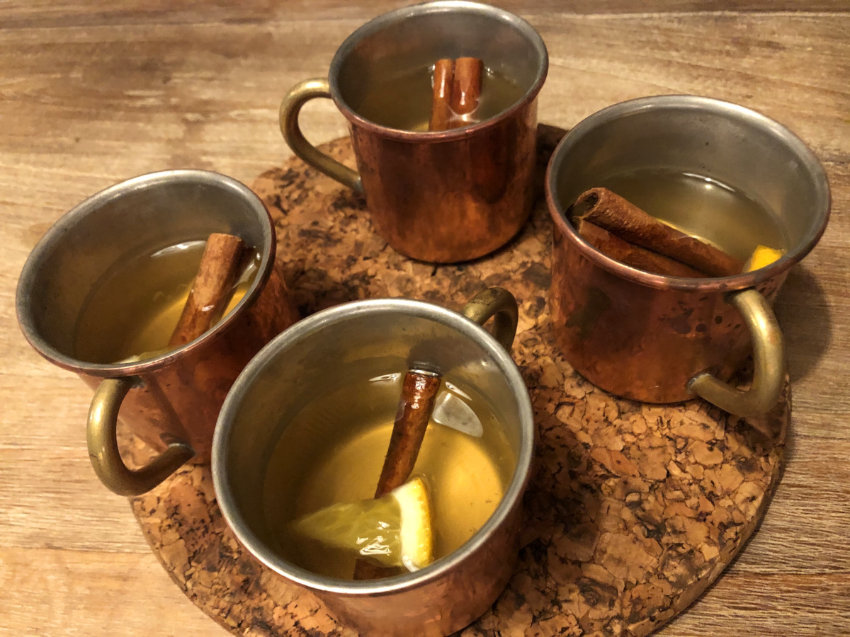 Varm vindrink med äpple, kanel och apelsin