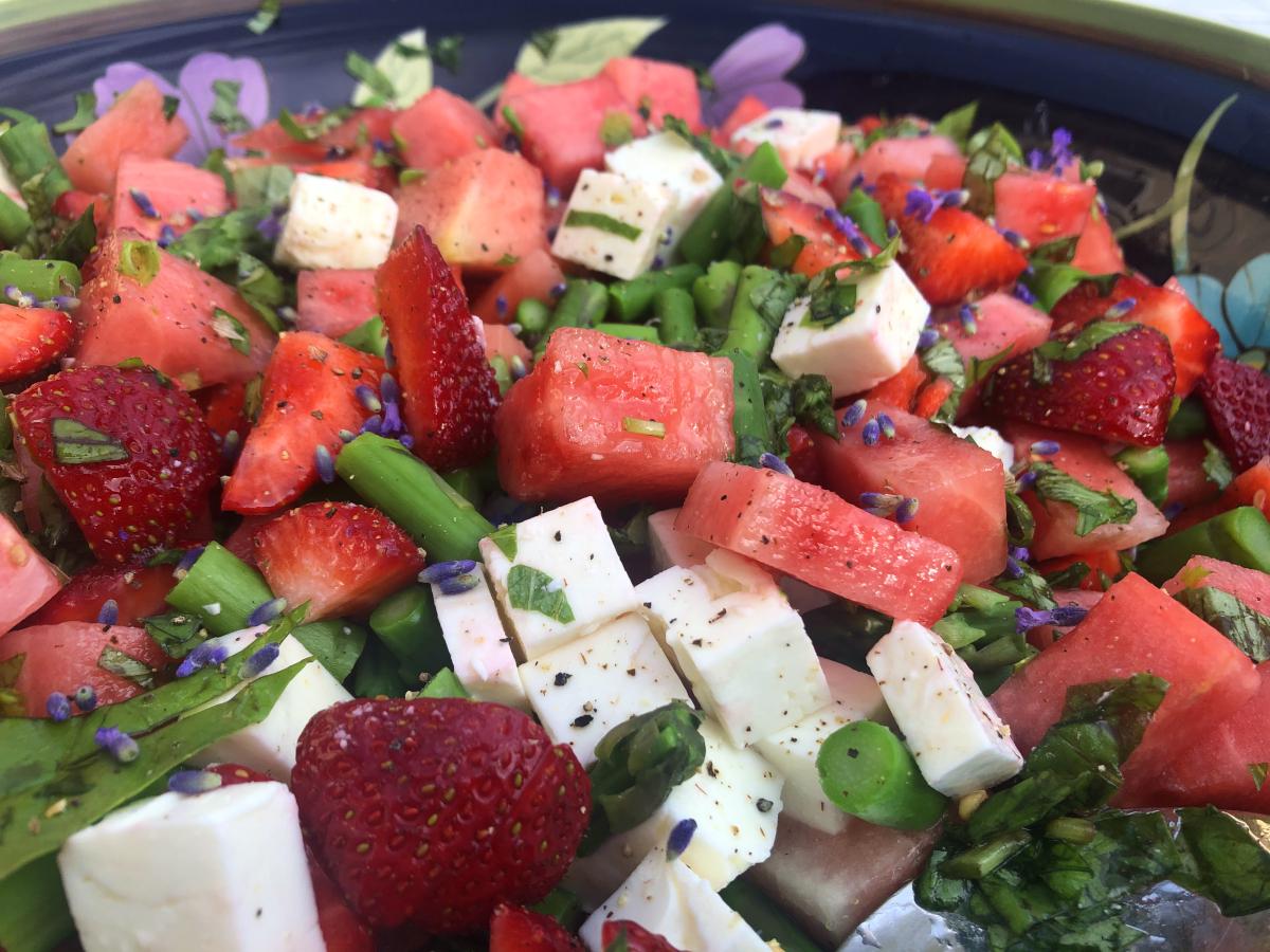 Jordgubb och vattenmelonsallad med lavendel, fetaost och sparris
